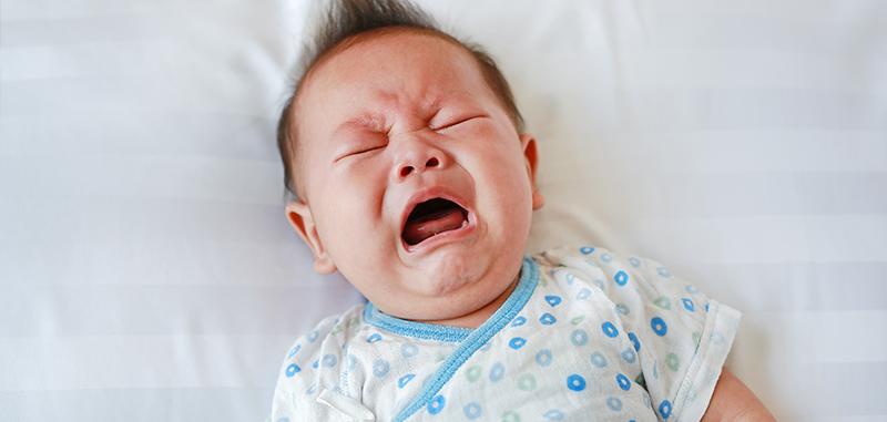 Bébé qui pleurs sur son lit