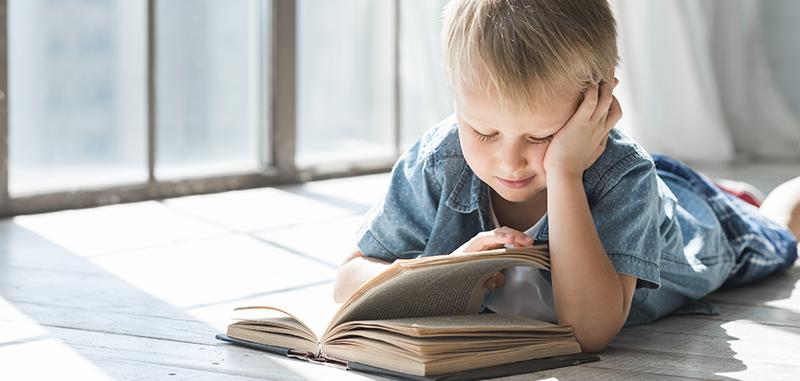 Enfant qui lit seul