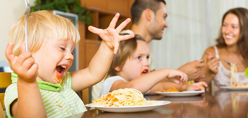 Un enfant mange des spaghettis
