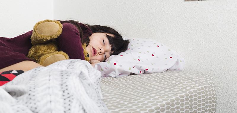 Petite fille dort dans son lit