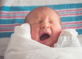 Your baby cries in his sleep: what to do?